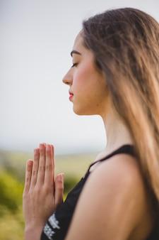 Frau meditiert im feld