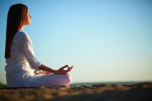 Frau meditiert im lotussitz