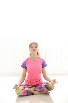 Frau meditiert in yoga-pose