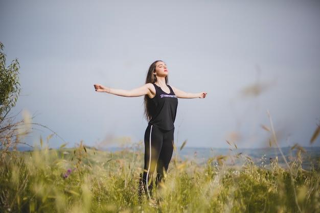 Frau meditiert mit den händen auseinander