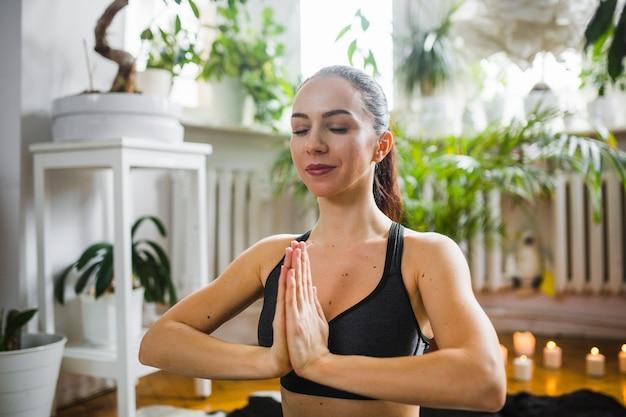 Frau meditiert mit umklammerten händen