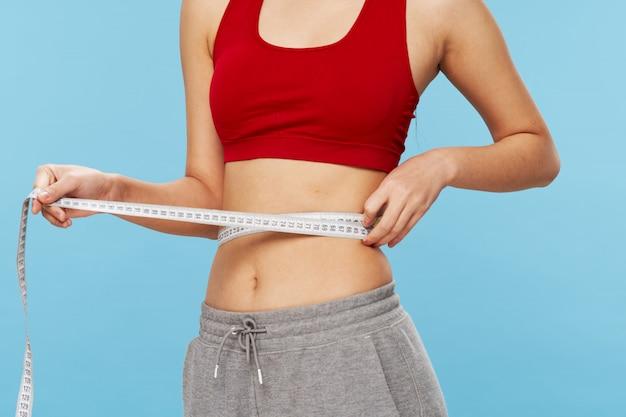 Frau misst ihr gewicht