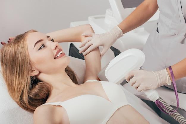 Frau mit achsel laser haarentfernung epilation