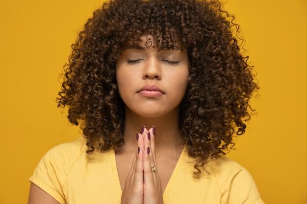 Frau mit afrofrisur und gelber spitze