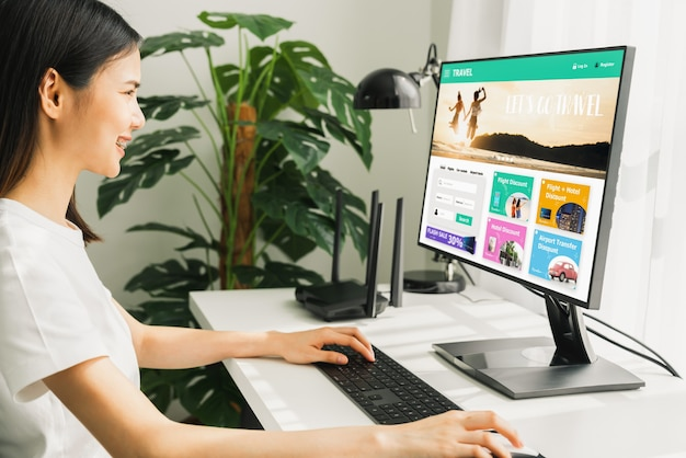 Frau mit anwendung buchung flugreise suche ticket urlaub und hotel auf der website ermäßigten preis, konzept technologie online-marketing.