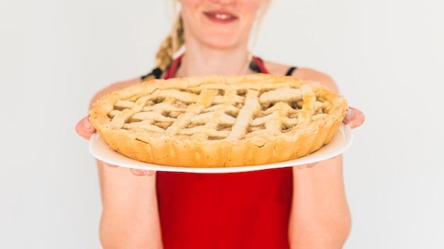 Frau mit apfelkuchen auf platte