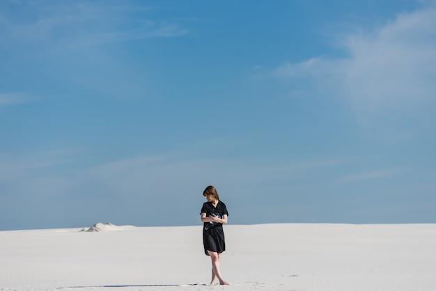 Frau mit aquarium in der wüste