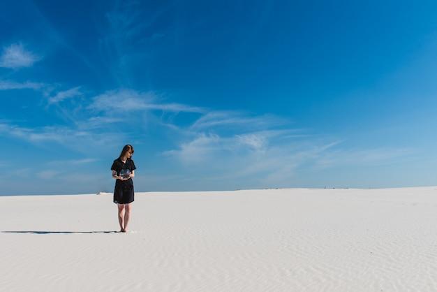 Frau mit aquariumspaziergang an der wüste