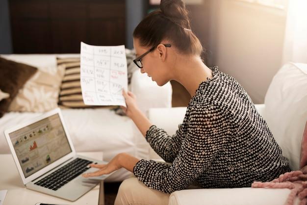 Frau mit arbeit am computer verbunden