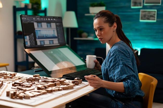 Frau mit architektenberuf, die an blaupause arbeitet