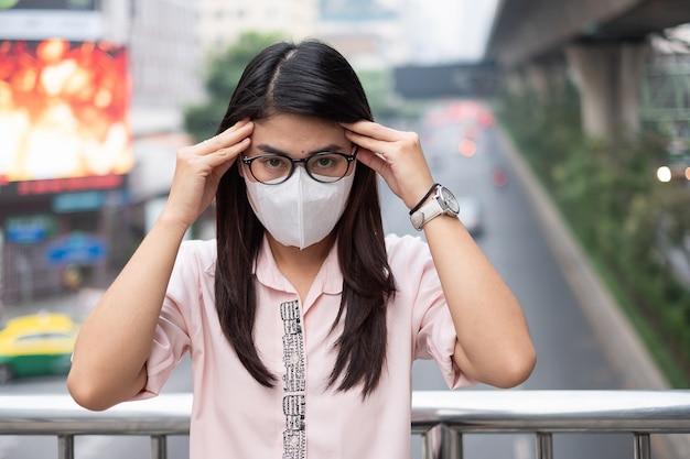 Frau mit atemmaske n95 schützen und filtern pm2.5