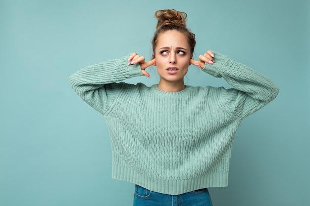 Frau mit aufrichtigen gefühlen, die trendigen blauen pullover trägt