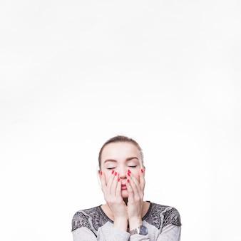 Frau mit augen schloss das berühren ihrer küken mit zwei händen auf weißem hintergrund