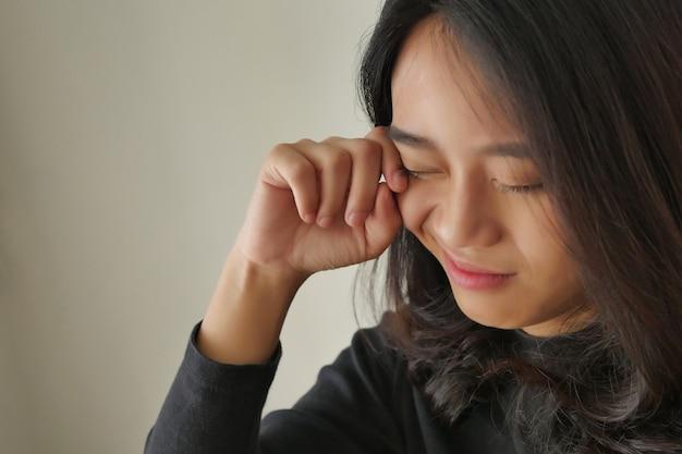 Frau mit augenschmerzen, allergie, reizung, mädchen mit optischem problemkonzept
