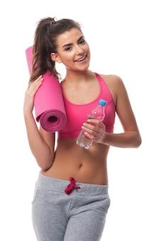 Frau mit ausrüstung für fitness-training