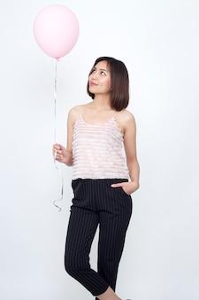 Frau mit ballon rosa