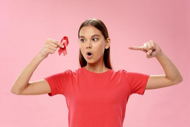Frau mit band in ihren händen, brustkrebstag, weiblicher organkrebs, krebstag