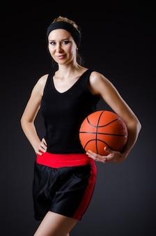 Frau mit basketball im sportkonzept
