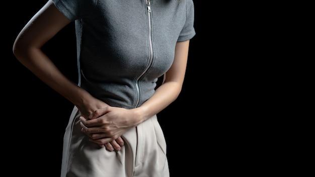 Frau mit bauchschmerzen, foto des dickdarms am körper der frau, schmerzen im anhang. gesundheitskonzept.