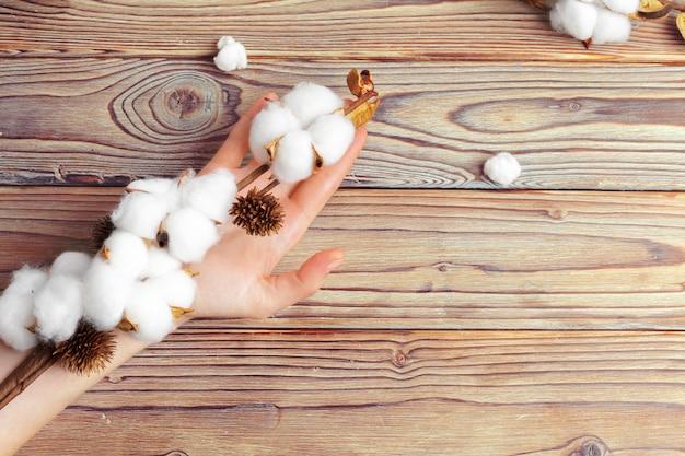 Frau mit baumwollblumen