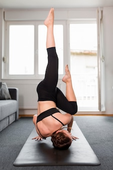Frau mit beinen hoch sport zu hause konzept