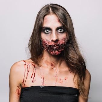 Frau mit beschädigtem gesicht im schwarzen kleid
