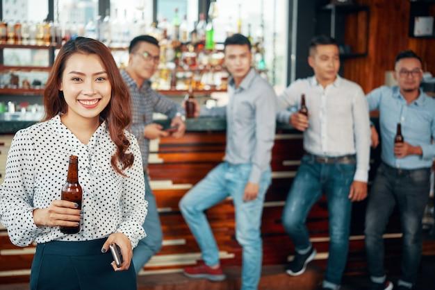 Frau mit bier an der bar