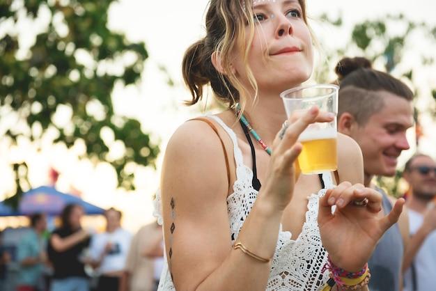 Frau mit bieren, die musik-festival genießen