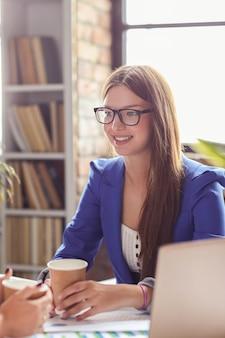 Frau mit blauem blazer in einer besprechung