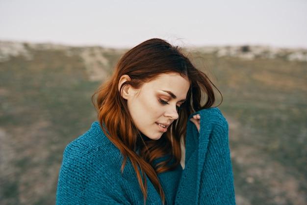 Frau mit blauem plaid im freien landschaft frischluftberge und reisetourismus