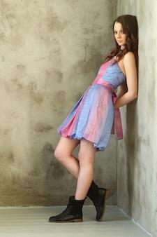 Frau mit blauem und rosa kleid