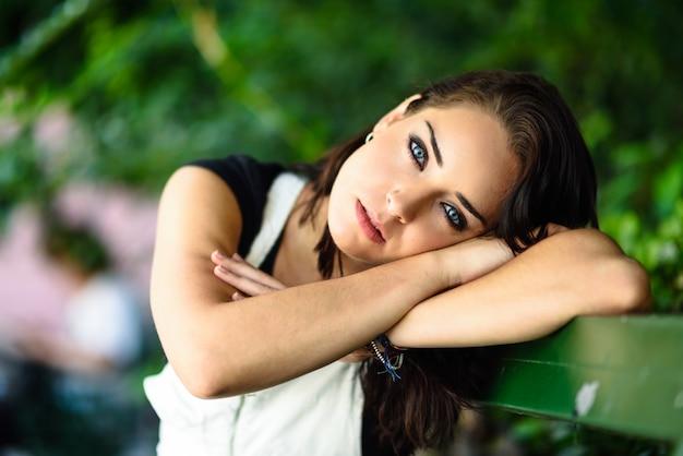 Frau mit blauen augen und süßem blick.