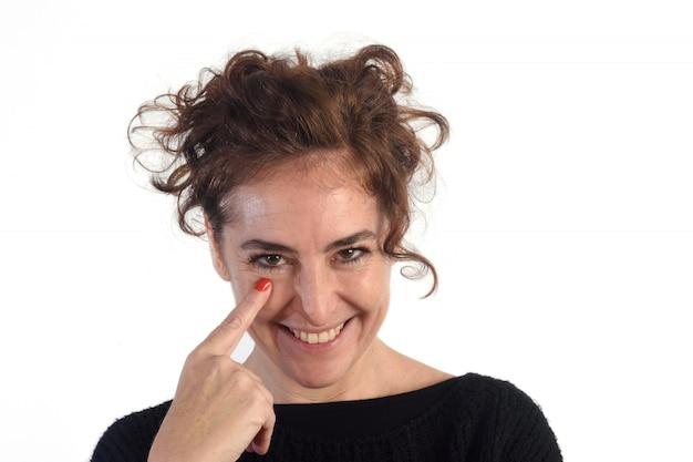 Frau mit blick und finger im auge