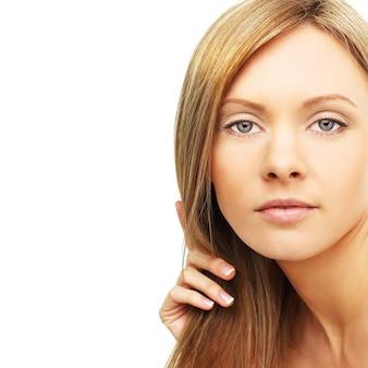 Frau mit blondem haar lokalisiert auf weiß