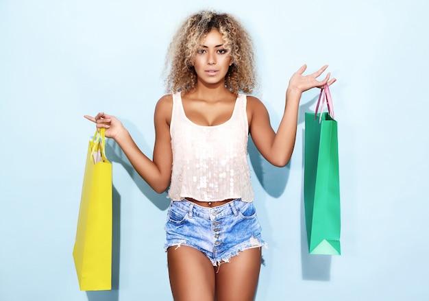 Frau mit blonder afro-frisur nach dem einkaufen