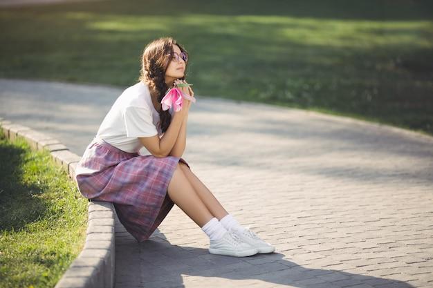 Frau mit blume im freien im stadtpark
