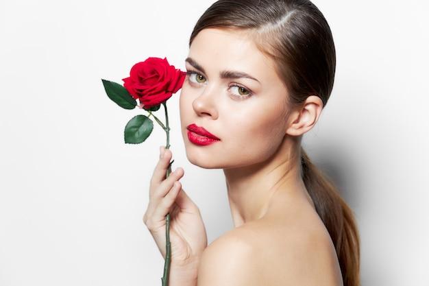 Frau mit blume nackte schultern vorwärtsblick luxus helles make-up