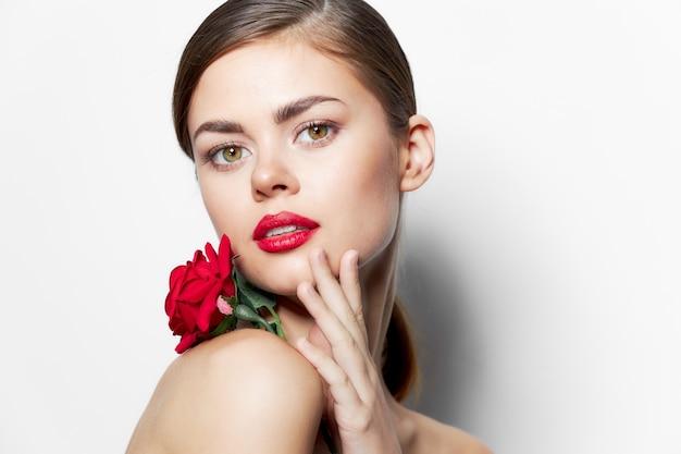 Frau mit blume rote lippen stieg charme charme nahaufnahme