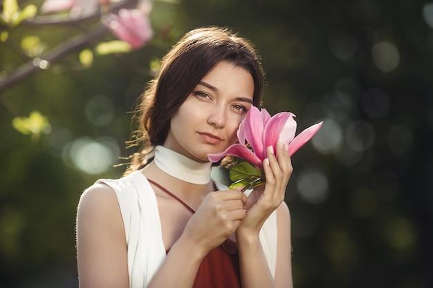 Frau mit blumen im freien
