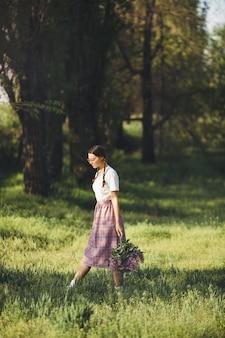 Frau mit blumenstrauß im freien im stadtpark