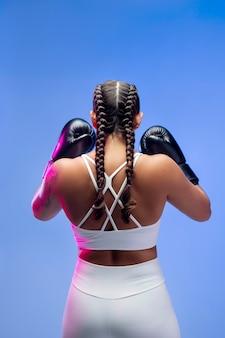 Frau mit boxhandschuhen mittlerer schuss