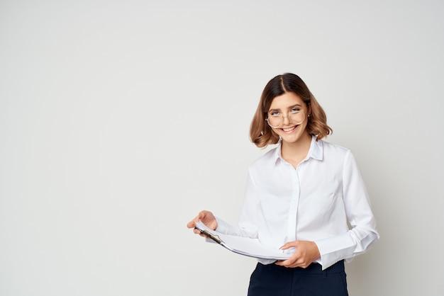 Frau mit brille büroleiter arbeitsdokumente