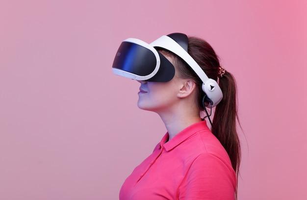 Frau mit brille der virtuellen realität