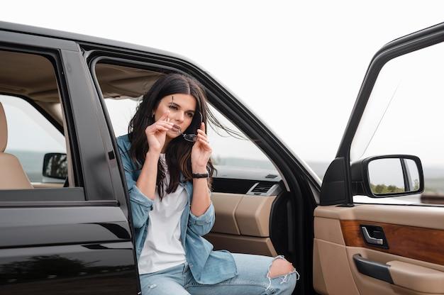 Frau mit brille, die allein mit dem auto reist