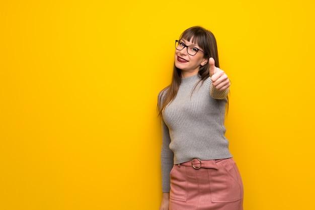 Frau mit brille geben daumen hoch geste, weil etwas gutes passiert ist