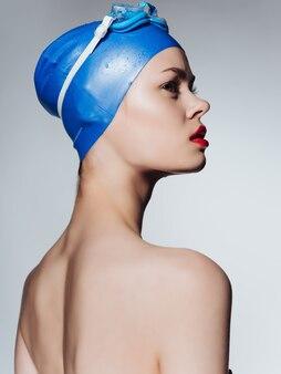 Frau mit brille und badekappe sport fitness lifestyle-pool. foto in hoher qualität