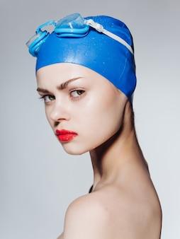 Frau mit brille und badekappe sport fitness lifestyle pool