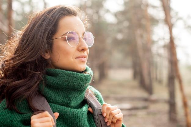 Frau mit brille unterwegs