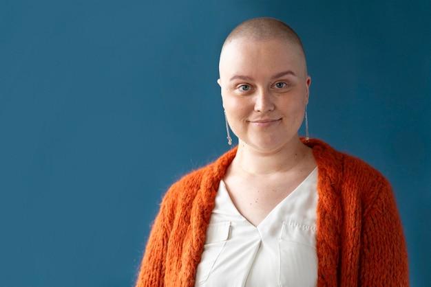 Frau mit brustkrebs posiert