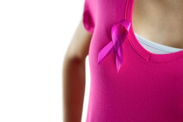 Frau mit brustkrebsband